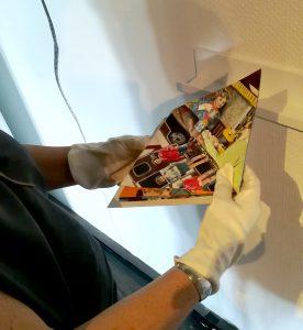 Een bezoeker die het boekje bekijkt tijdens de opening in Kunsthal 45 in Den Helder