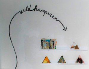 De wand met 'tent' boekjes gemaakt door verschillende kunstenaars van Wild Kamperen