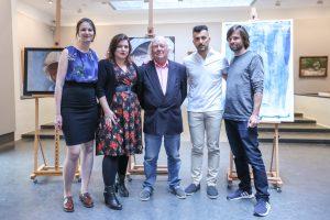 Groepsfoto met de presentator, Aart en de twee andere kunstenaars